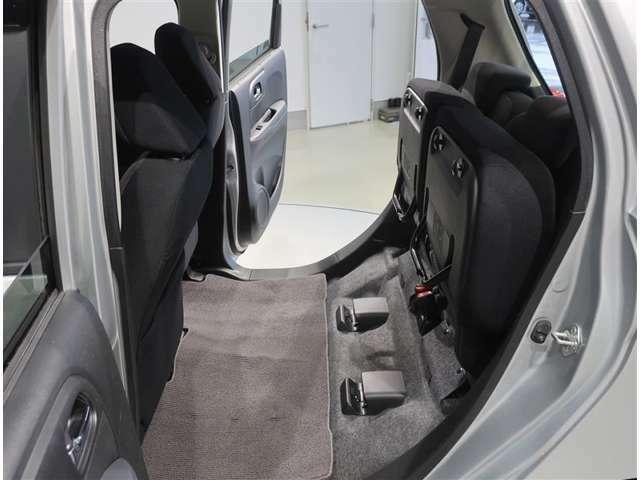後部座席のシートクッションは跳ね上げて格納することもできます!