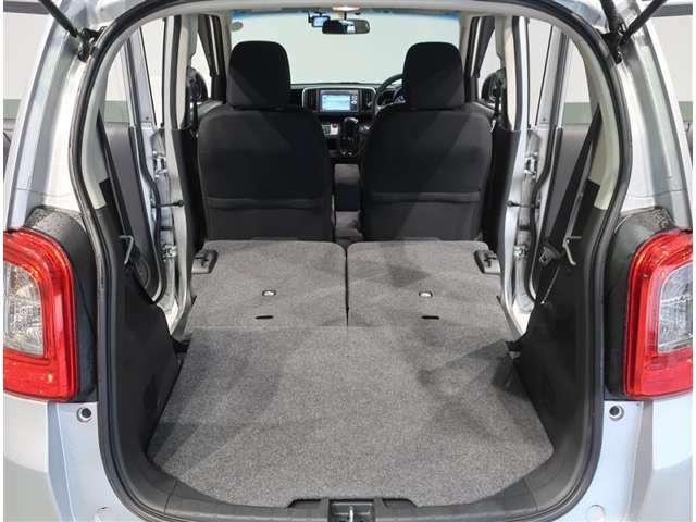 後部座席のシートをたたむと大きな荷物も積めるカーゴスペースとして使用可能です。