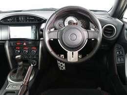 スポーティームード溢れる運転席周りですね。 クイックなドライビングに対応できるよな運転席回りになっています。 ドライブがますます楽しくなりますね!