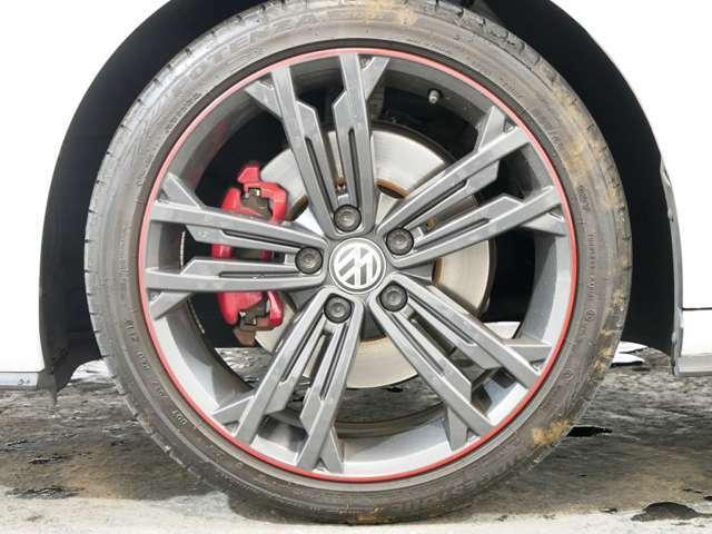 ダイナミック専用レッドストライプ入り5ダブルスポークダークカラー18インチアルミホイール ☆関東最大級のAudi・VW専門店!豊富な専門知識・経験で納車後もサポートさせていただきます☆