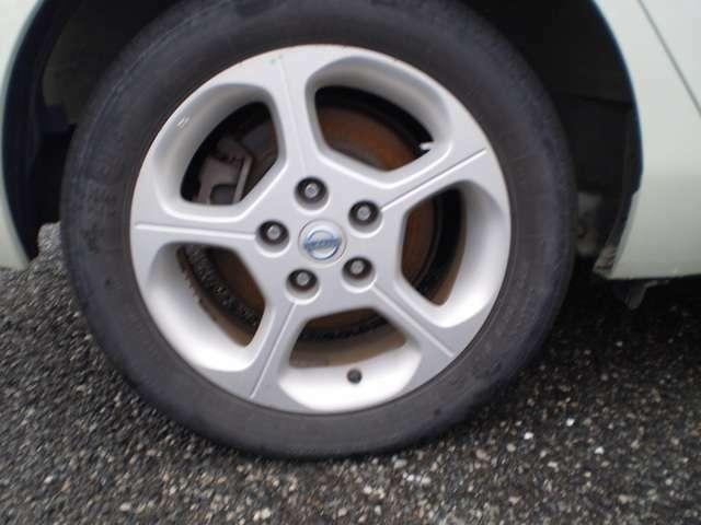 16インチの純正アルミ、205/55R16のタイヤを装着しています。
