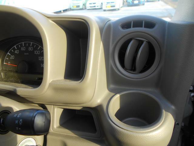 運転席にはドリンクホルダーが付いています♪