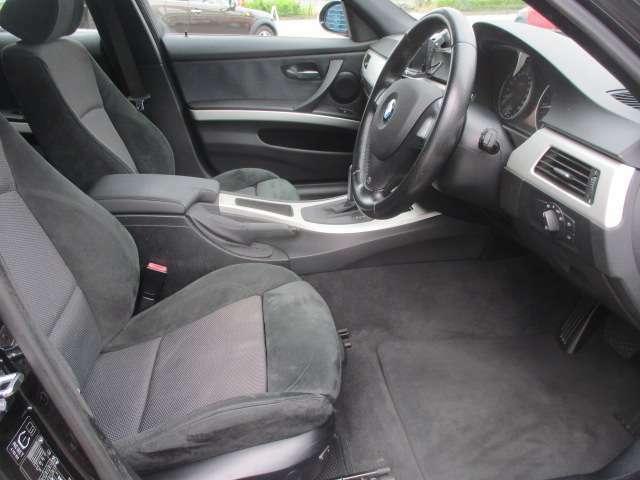 運転席は電動シートになりますのでお好みの位置にラクラクと調整出来ます♪足元も広々としており窮屈感等のストレス等も感じる事なくご乗車出来ます♪