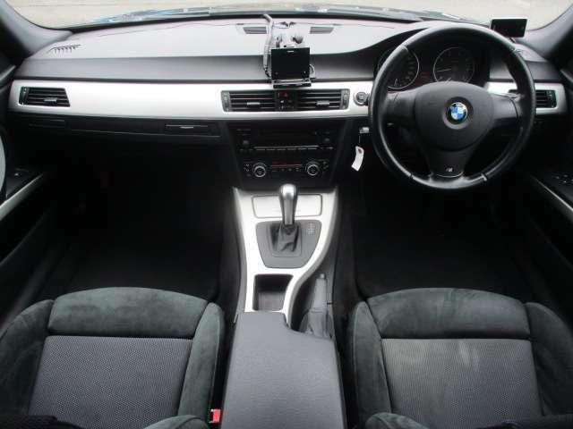 Mスポーツでは専用のスポーツシートとなっております♪アルカンターラが使用されており高級感もございます♪内装はブラックを基調としたシックで落ち着いた雰囲気の車内になっております♪