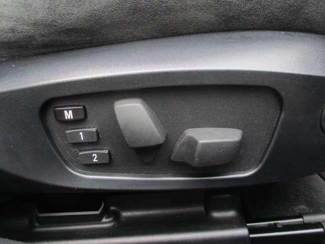 座席下部にございますこちらのスイッチで電動シートの操作が出来ます♪シートメモリー機能もございます♪