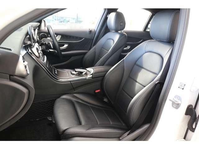 メルセデスのシートは少し硬めになっております。長時間の運転の際、適度な反発があることでお尻や腰の負担を減らす効果が御座います。