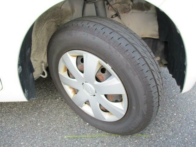 ホイールキャップ【145/80R13 ラジアルタイヤ】。運転ラクラクの足回り。タイヤの溝も、まだまだ!くわしくはスタッフへ。