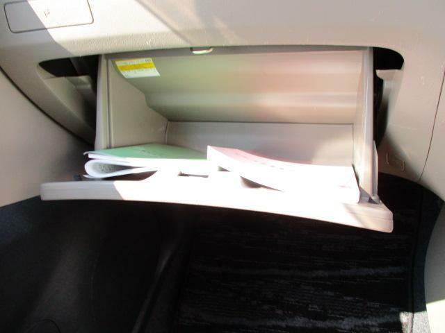 助手席前の収納スペース★車検証などはグローブボックスへ☆取扱説明書、メンテナンスノート(保証書・点検整備方式点検整備記録簿)付。