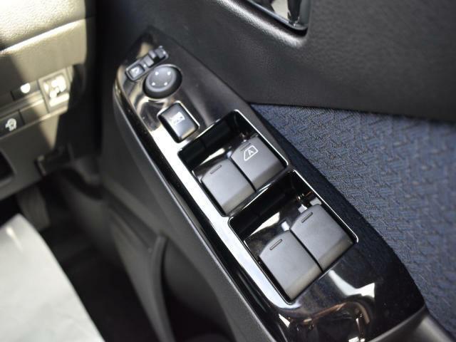 サイドミラー調整とウィンドウ開閉は、こちらのボタンで行います。