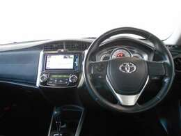 スポーティーなデザインの運転席周り。ハンドルを握ったままオーディオを操作できるステアリングスイッチは、前方不注視のリスクを減らし安全運転をサポートします。