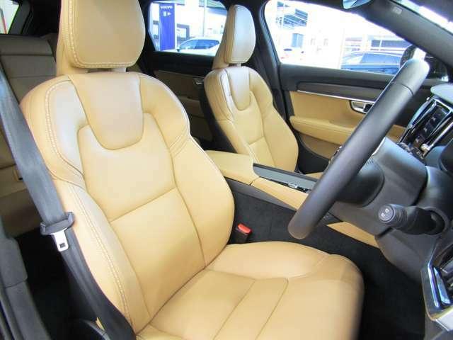 本革シートを採用。フロントシートは電動で調整可能です。運転席シートメモリー機能搭載。
