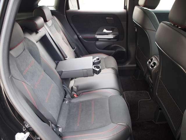 広くて乗降性が増した後席シートは、大人がフル乗車しても十分な足元や室内高を確保しています。 また、後席中央の可倒式アームレストにはドリンクホルダーもあるのでロングドライブも快適にお過ごしいただけます。