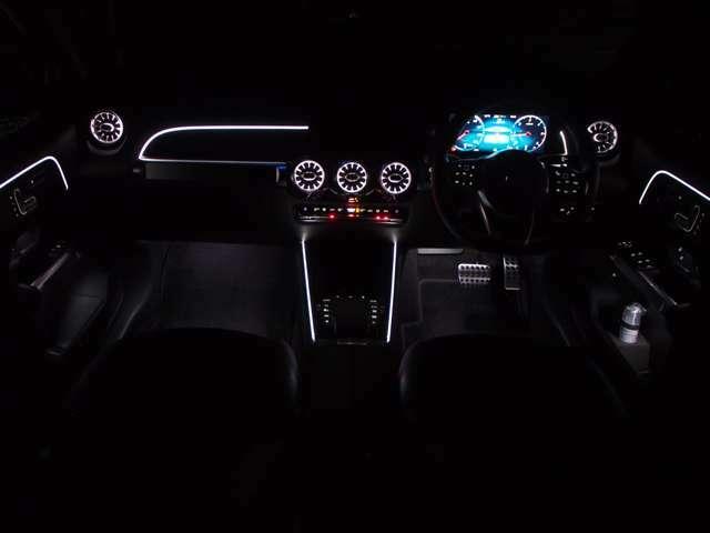 ≪アンビエントライト(64色)&イルミネーテッドエアアウトレット≫ ドア、ダッシュボード、センタコンソール等の柔らかなLEDの間接光が車内を華やかにしながらも、深い安らぎで包んでくれます。