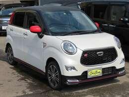 美しいホワイトパールの車体に、ルーフはカーボン調のブラックのツートンカラー!ミラーとリアクォーター入った赤の差し色が良いですね!