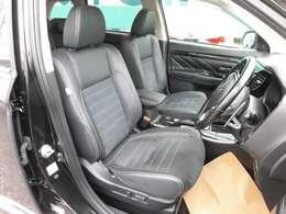 フロントシートはシートヒーター付き。運転席は電動です。