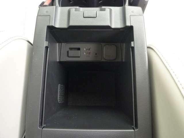 ☆大型のセンターコンソールBOX内にはUSB・電源ソケットがあります☆