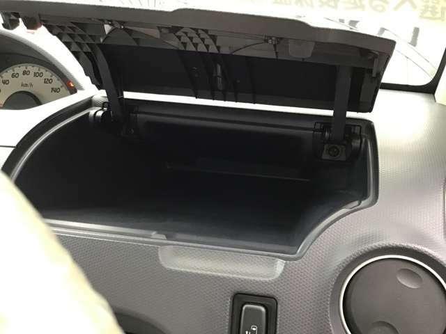 運転席側アッパーBOXは大きく出来ており奥行もありますよ!