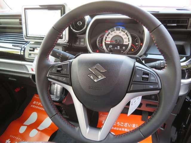 ハンドルにオーディオの操作装備、走行中でもワンタッチで簡単に操作でき安全で便利。遠出もらくらくクルーズコントロールスイッチ装備、高速道路などでアクセル踏まずのドライブが実現、一定の速度で走行できます。