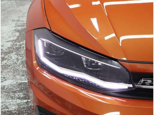 日中の自然光に近いLEDの光が、より明るく夜道を照らしドライバーの疲労を減らします。燃費の向上と同時に従来のヘッドライトより長寿命を実現します。