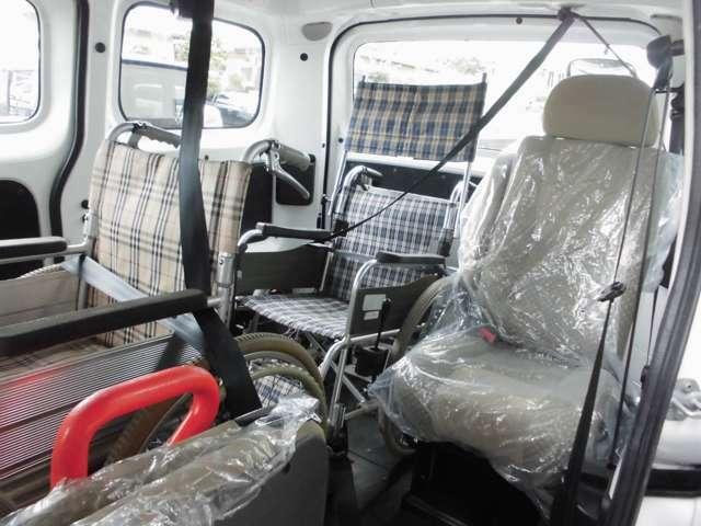 3列目には1名掛けシート。車いす利用者の隣に座れるので、サポートがしやすい席です。