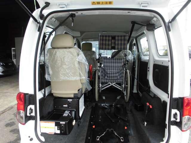 車いすを2脚搭載できる仕様です。座席数4+車いす2脚で、計6人が乗れます。