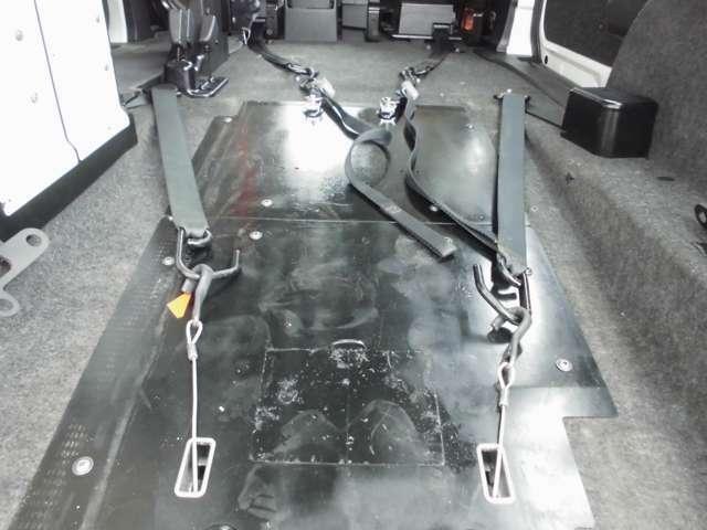 後ろ側(3列目位置)に積む車いすは、後退防止ベルト+ワイヤーフック式の電動固定装置を使って固定します。