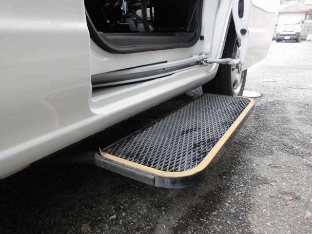 スライドドアの開閉に連動して自動でせり出すオートステップ。車内に出入りする際の段差を低くしてくれる、高齢者にはありがたい装備です。