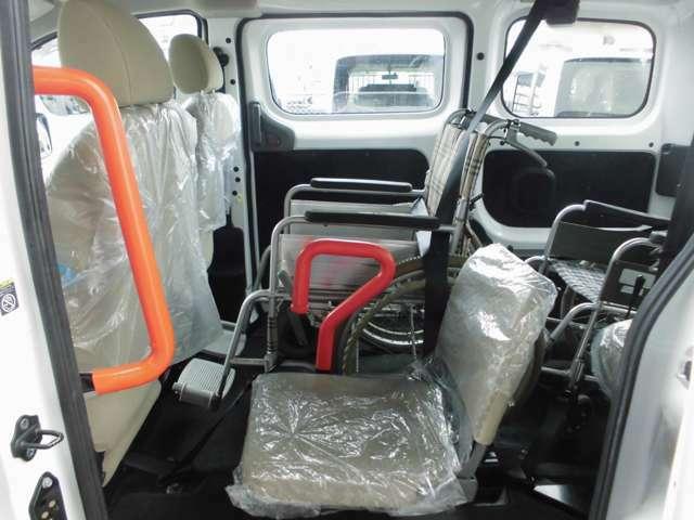 2列目の車いすの隣には、折りたたみの補助シートが1脚。