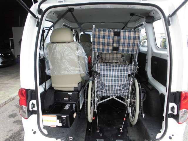 車内は充分な高さがありますので、車いすで乗車しても頭上には余裕があります。