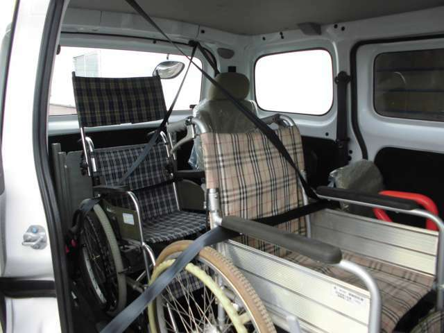 車いすで乗車する2名にも、3点式のシートベルトを備えています。