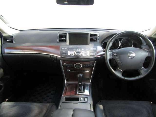 ブラックと木目調が高級感を醸し出してくれる車内空間です♪