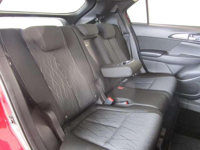 ロングドライブでも安心かつ、疲れ知らず 足元ゆったりセカンドシート!!真ん中にドリンクフォルダー付きのアームレスト付き。5人乗りです。