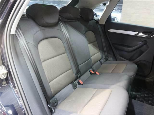 セカンドシートはくつろぎの空間。大人二人が乗っても十分なスペースです。