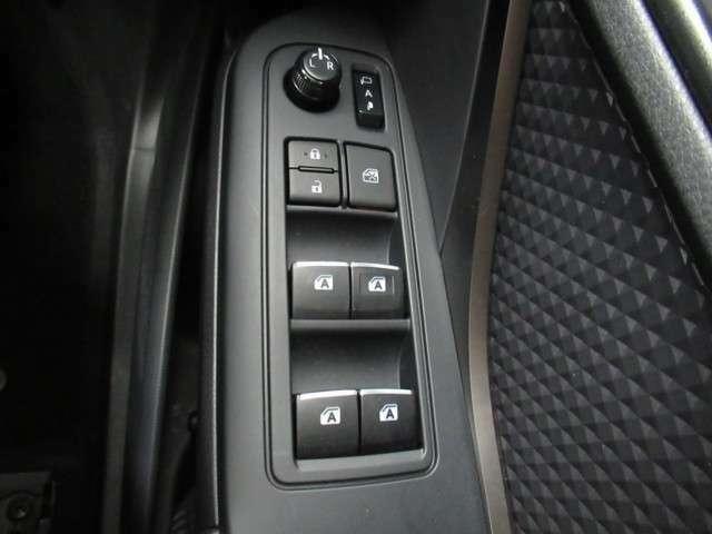 運転席にはオート機能が付いておりますので、全開・全閉操作が楽にできて便利です。