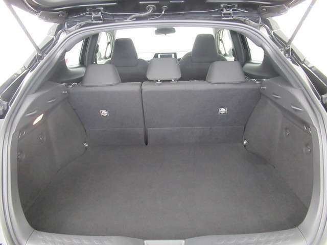 普段使いには十分な広さのラゲッジスペース!後席を倒せばより大きな荷物も乗せられます!