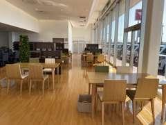 広くて明るいショールームは、カフェのような気分でゆっくりおくつろぎ頂けます。