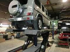 クイック整備用のオンザカーリフトで、商品車の下廻りを確認していただくことも可能です。