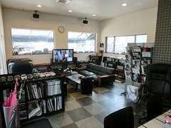 事務所兼商談スペース。車販営業担当者が出かけていることも多いので、ご来店は予約制でお願いいたします。