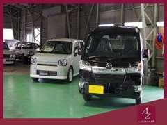 新車も屋内展示場にて保管しております!中古車は常時20台ほどございます。