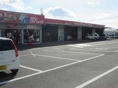 自社整備工場完備。一般整備・車検・オイル交換・タイヤ交換等車の整備はすべてプロのスタッフが対応します。