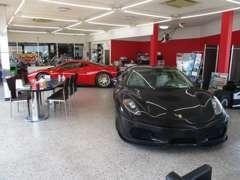 スーパーカーはショールームにて展示しております。