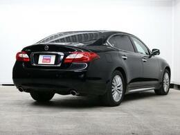威厳と洗練が調和したシーマらしい車格感あるデザインで高貴な存在感が漂います。