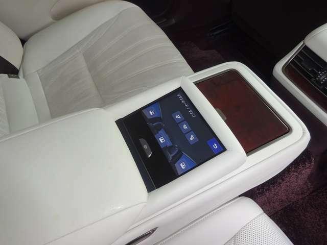 後席中央の肘掛けにリヤマルチオペレーションシステムパネル付きです。窓、サンシェード開閉、ルームランプ等の操作が可能です。後席もとても快適にドライブをお楽しみ頂けます。