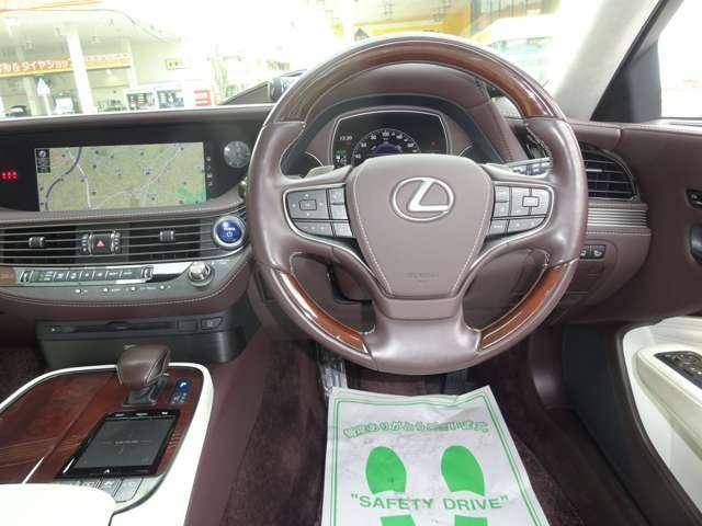 スポーティでラグジュアリーな操作性の良い運転席です。先進の安全装備で安心運転!! 各部コンディション良好で快調です。ヘッドアップディスプレイ付き!!
