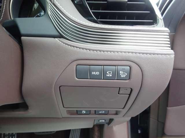 運転席手元のパネルです。ヘッドアップディスプレイ、カメラ映像切り替え、車両接近通報装置の各スイッチです。