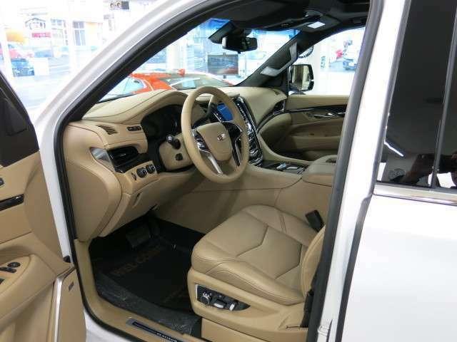安全快適装置では、シートを振動させて警告するセーフティアラートドライバーシート、エマージェンシーブレーキシステム(自動前方・後方衝突回避ブレーキ)、