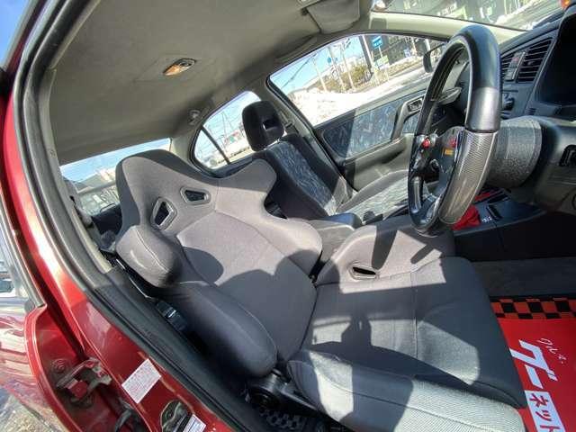運転席はセミバケットシートになっております(^^♪