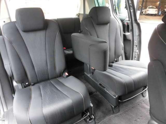 ご覧の様にセンターシートの背もたれを畳めばウォークスルーが可能です^^アイストップバッテリーは新品に交換して納車致します^^