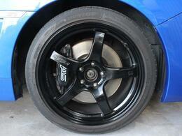 RAYS18AWは黒一色。ブレーキキャリパーと同じ黒で統一されていて渋く決まっております!!