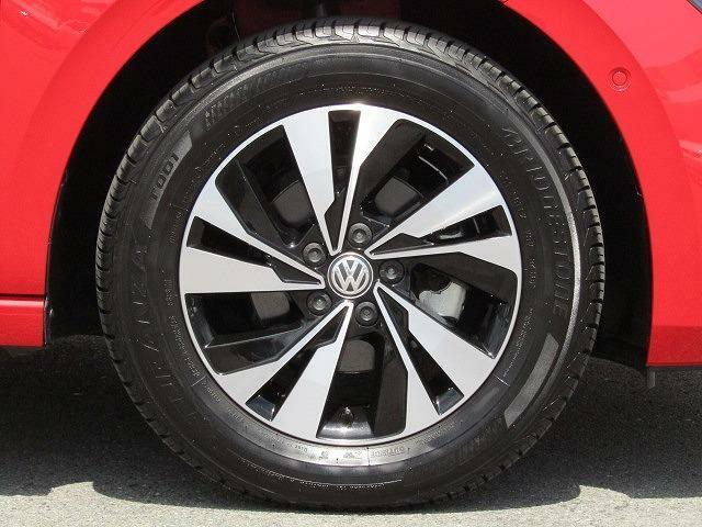 18560R15タイヤ 5.5J×15アルミホイール(10スポーク)を装着しています。